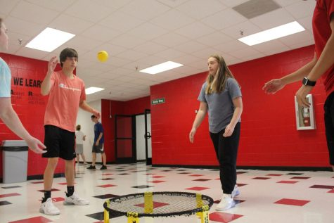 Students Bryson Clanton, Ali Wittenmeier, Braxton White, and Shelby Watkins participate in the inaugural Spikeball club meeting.